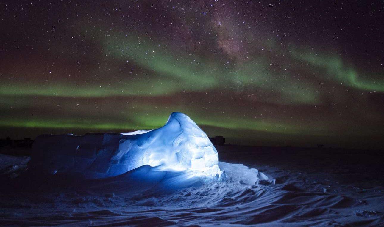 To Νότιο Σέλας «τυλίγει» ένα παγόβουνο φωτισμένο από LED, χαρίζοντας ένα μπλε χρώμα στην επιφάνεια του πάγου