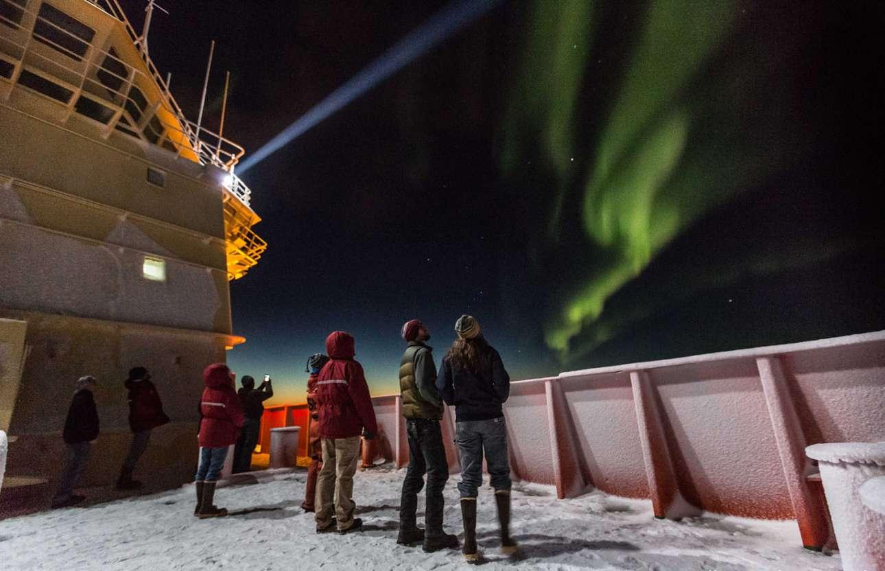 Επιβάτες του ερευνητικού πλοίου Nathaniel B. Palmer θαυμάζουν το πολικό Σέλας πάνω από τη Θάλασσα Ρος