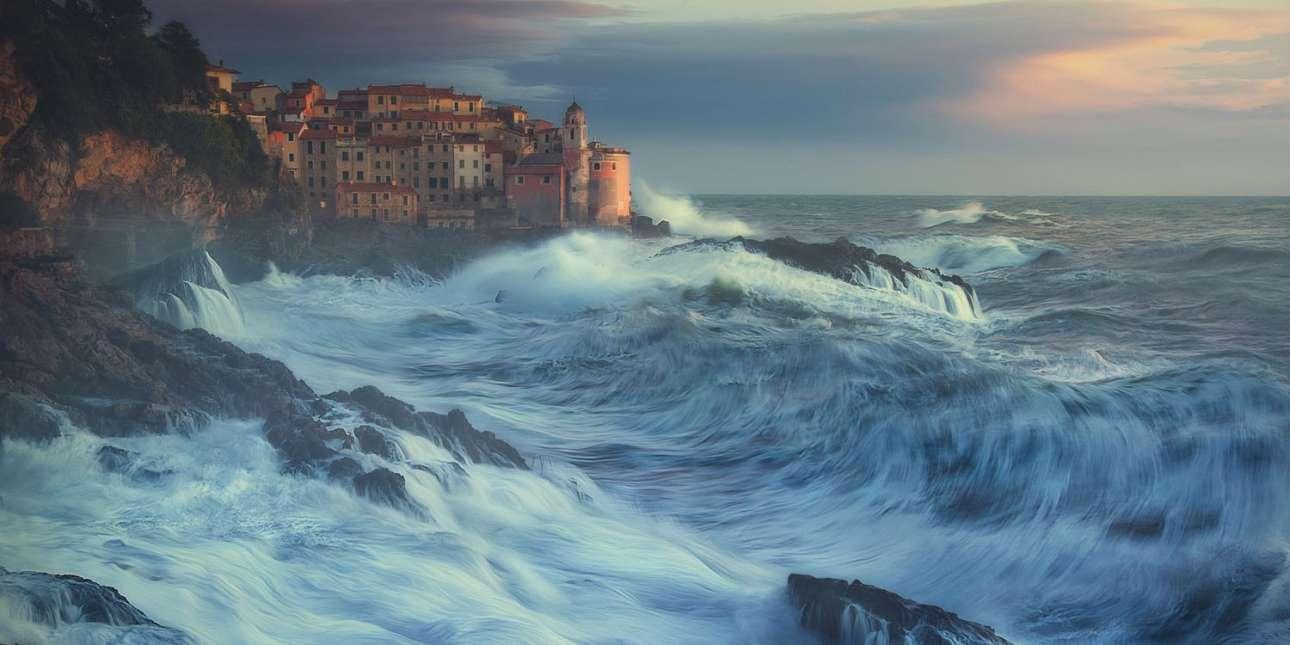 «Το ξύπνημα του Ποσειδώνα», φιναλίστ, κατηγορία Φύση. Φουρτουνιασμένη θάλασσα έξω από το λιμάνι της πόλης Λα Σπέτσια στην Ιταλία