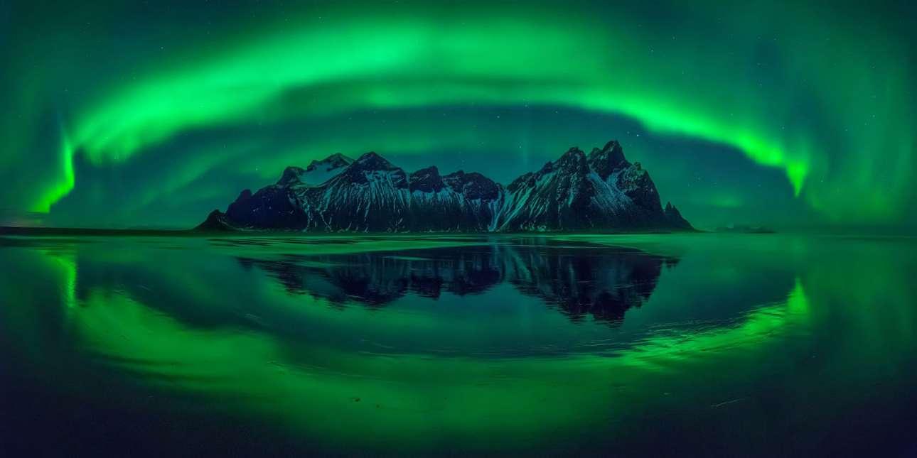 «Τα μάτια του Στόκσνες», βραβείο Carolyn Mitchum. Βραδινή λήψη από το μαγευτικό Στόκσνες, στη νοτιοανατολική ακτή της Ισλανδίας. «Μία από τις ωραιότερες νύχτες της ζωής μου, σαν η φύση να μου κλείνει το μάτι και να φωνάζει το όνομα μου» γράφει στη συνοδευτική λεζάντα ο πολωνός φωτογράφος
