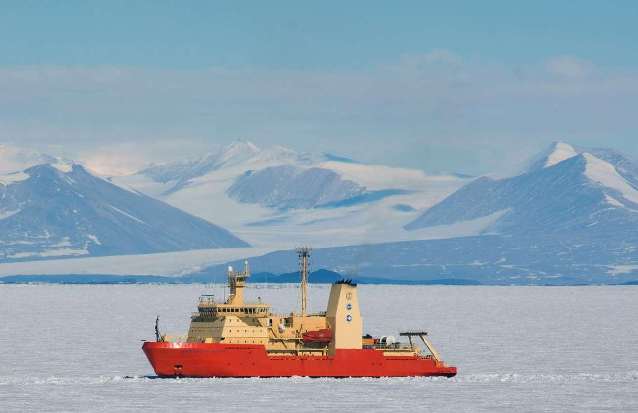 Το ερευνητικό σκάφος Nathaniel B. Palmer κατευθύνεται προς τη βάση ΜακΜέρντο. Στο βάθος διακρίνονται τα Διανταρκτικά Ορη
