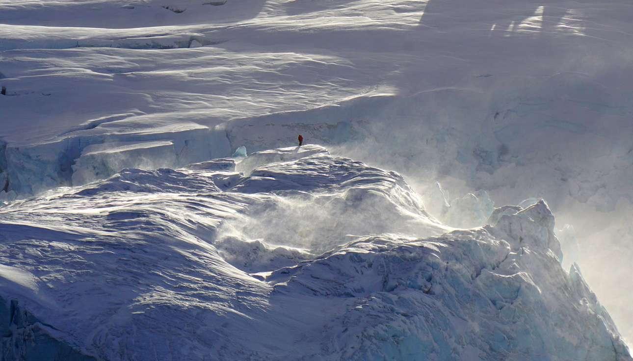 Δύο συμμετέχοντες του Ανταρκτικού προγράμματος των ΗΠΑ διεξάγουν άσκηση αναζήτησης και διάσωσης (GSAR) στους παγετώνες, στην κορυφή του νησιού Detrich