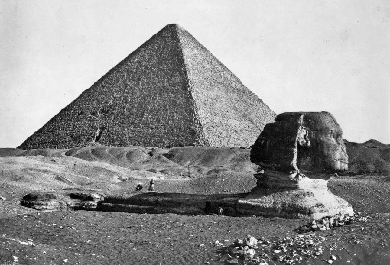 Η επιβλητική Σφίγγα, χτισμένη από την Tέταρτη Aιγυπτιακή Δυναστεία, με φόντο τις Πυραμίδες της Γκίζας
