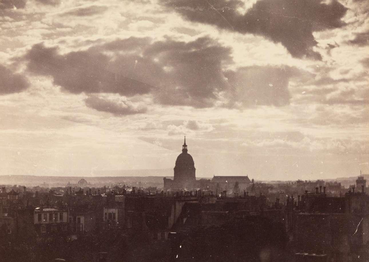 Σύννεφα πάνω από το Παρίσι. Τις φωτογραφίες επέλεξε το περιοδικό Atlanticμε αφορμή τα 160 χρόνια από την ίδρυση του