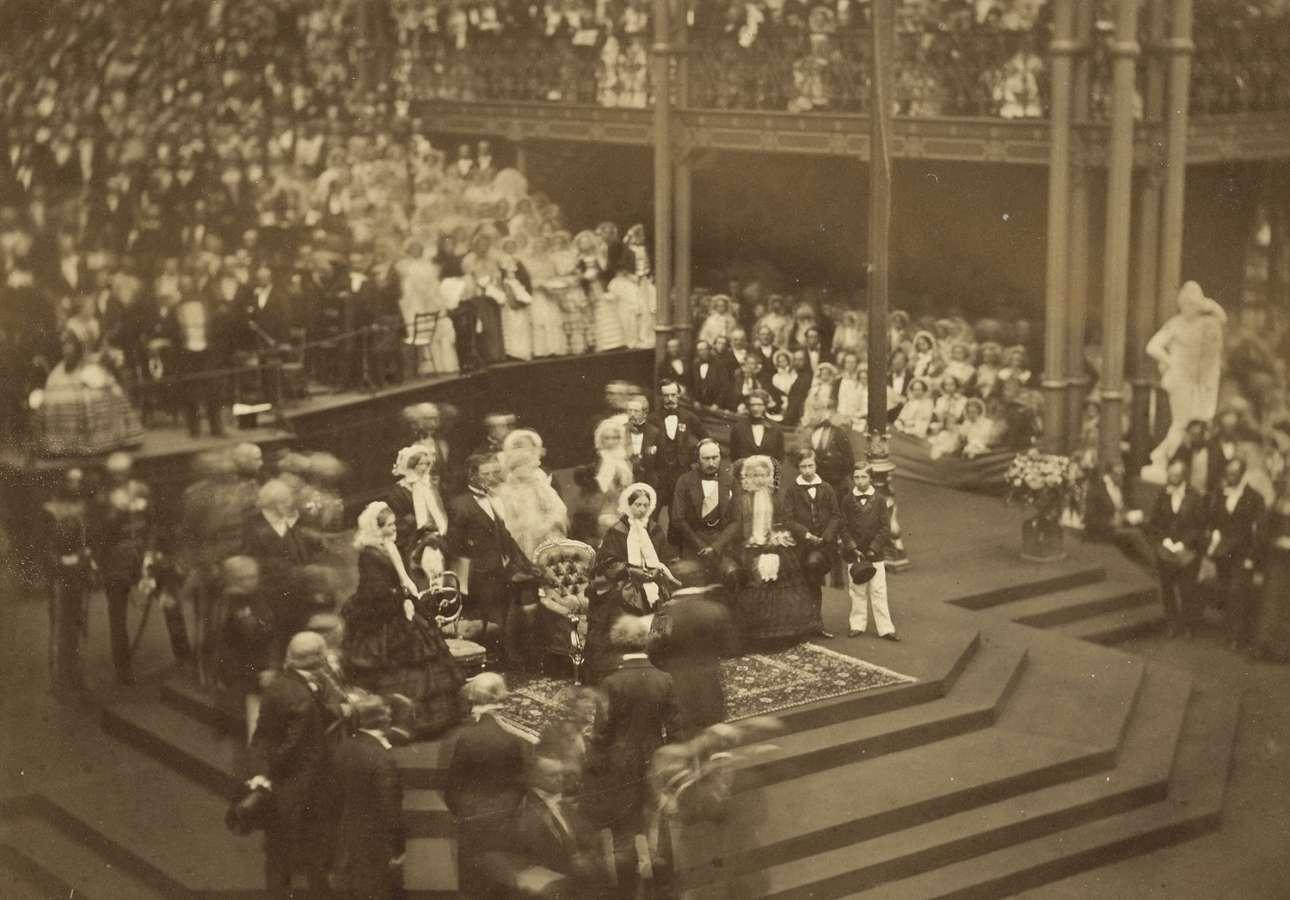 Η βασίλισσα Βικτωρία στην έκθεση καλλιτεχνικών θησαυρών στο Μάντσεστερ της Βρετανίας, τον Ιούνιο του 1857. Η έκθεση αποτελούσε πολύ σημαντικό γεγονός, διαρκούσε πέντε μήνες και παρουσίαζε 16.000 έργα τέχνης σε περισσότερους από 1,3 εκατομμύρια επισκέπτες