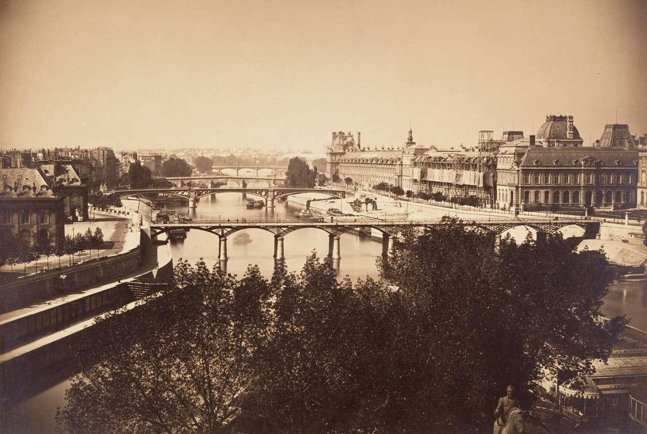 Ο ποταμός Σηκουάνας στο Παρίσι. Το μεγάλο κτίριο στα δεξιά είναι το Λούβρο ενώ, κάτω, διακρίνεται το άγαλμα του Ερρίκου Δ' της Αγγλίας