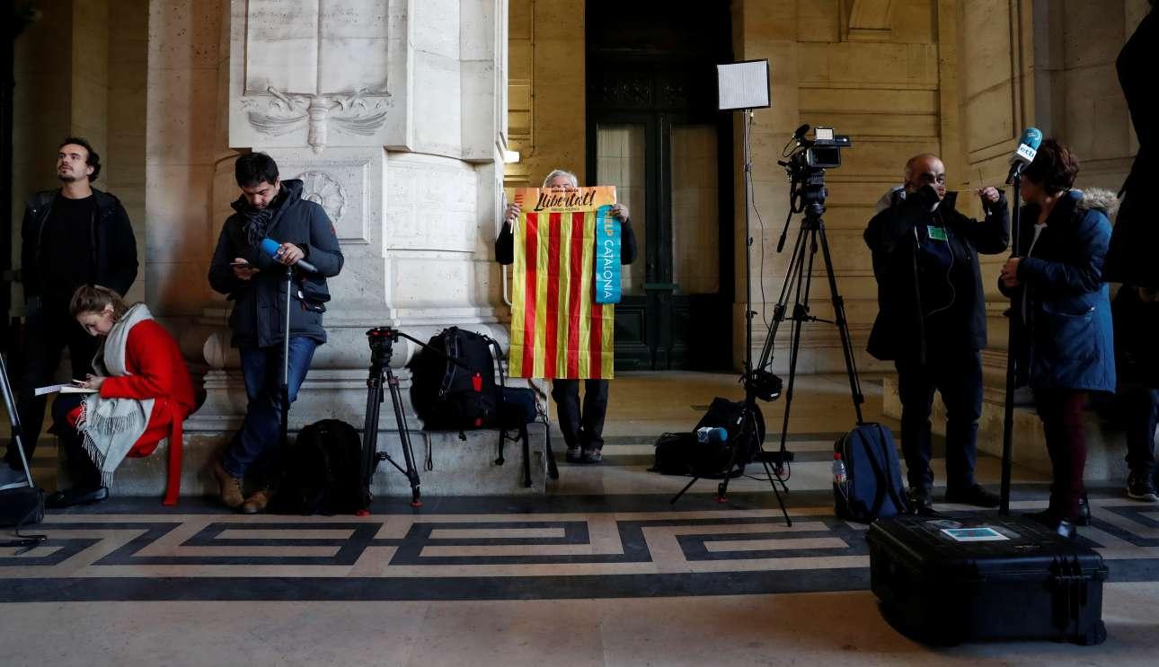Υποστηρικτής της ανεξαρτησίας της Καταλονίας εκφράζει τη συμπαράστασή του στον Κάρλος Πουτζδεμόν πριν από τις ανακοινώσεις της εισαγγελίας φωτό: Yves Herman)