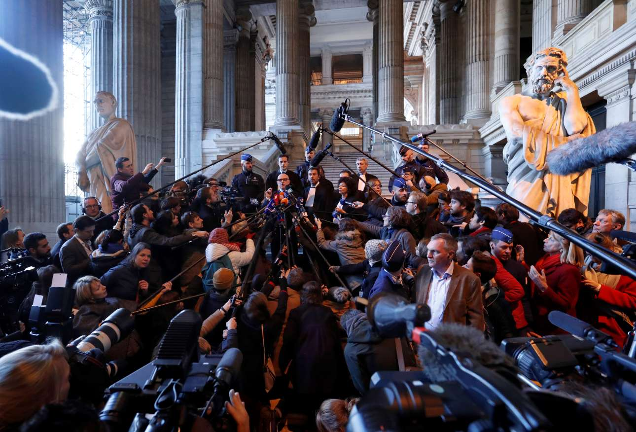 Σε κλοιό από μοκρόφωνα και δημοσιογράφους οι νομικοί συμπαραστάτες του Κάρλες Πουτζδεμόν, στο Δικαστικό Μέγαρο των Βρυξελλών φωτό: REUTERS/ Yves Herman)