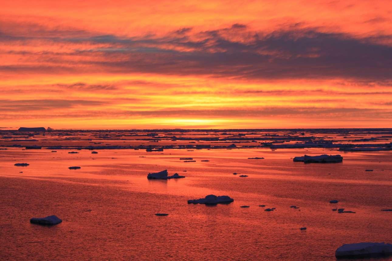 Το μαγευτικό ηλιοβασίλεμα όπως φαίνεται από τον σταθμό Πάλμερ, στην Ανταρκτική χερσόνησο
