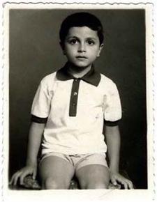 Παιδική φωτογραφία του Γιώργου Κορρέ όταν ακόμα έπαιζε πίσω από τον πάγκο φαρμακείου της μητέρας του