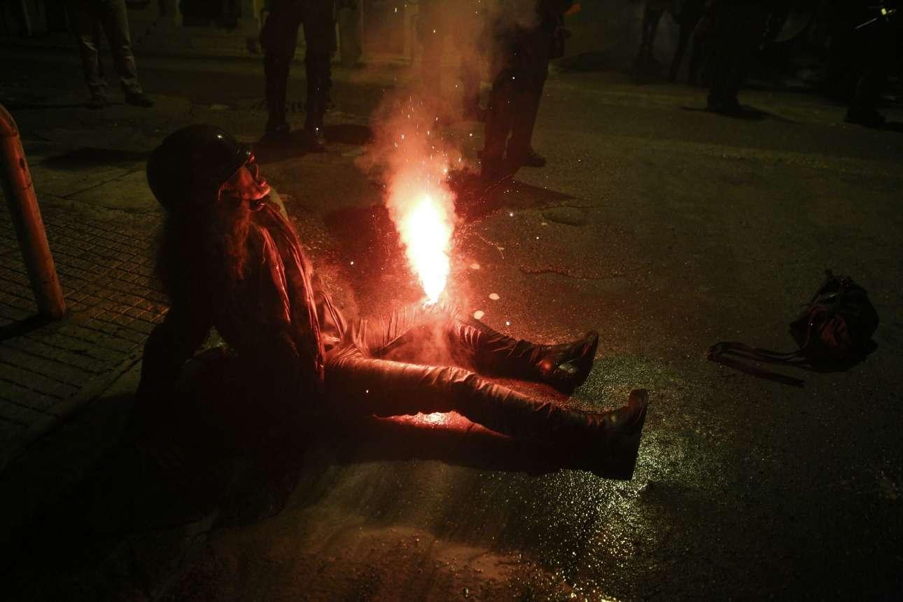 17 Νοεμβρίου. Δικηγόρος τραυματίζεται από φωτοβολίδα στα Εξάρχεια, στα επεισόδια που ξέσπασαν στην περιοχή μετά την πορεία για το Πολυτεχνείο