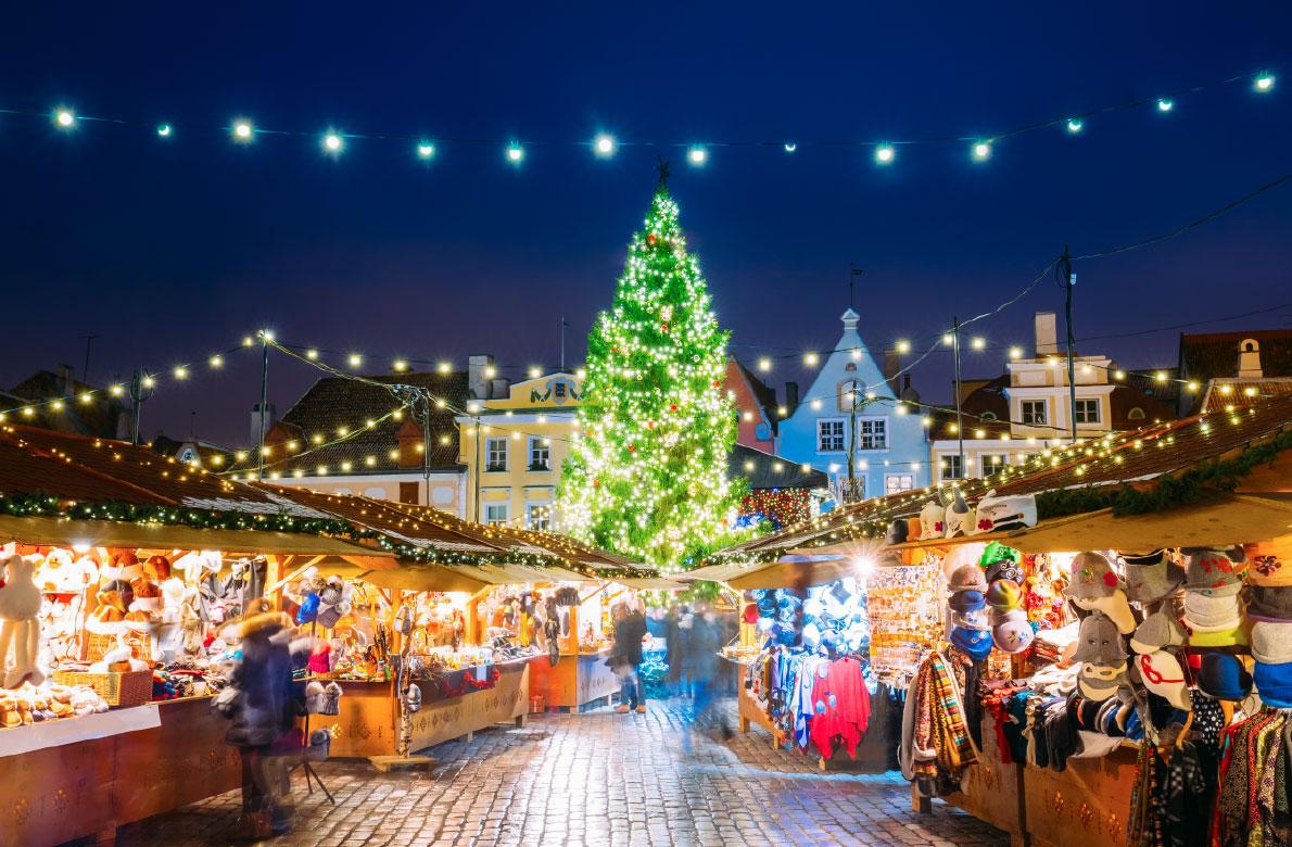 Ταλίν / Σύμφωνα με τον τοπικό θρύλο, ο Αϊ Βασίλης ήταν εκείνος που ξεκίνησε τη χριστουγεννιάτικη αγορά του Ταλίν, στην Εσθονία, πριν από πολλά, πολλά χρόνια. Έτσι κάθε χρόνο από τις 17 Νοεμβρίου μέχρι τις 6 Ιανουαρίου, η παλαιότερη πρωτεύουσα του Βορρά μπερδεύει την μεσαιωνική της γοητεία με την χριστουγεννιάτικη μαγεία, προσφέροντας στους περίπου 200.000 επισκέπτες αξέχαστες στιγμές.
