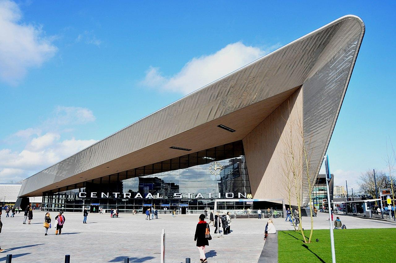 Κύριος στόχος της αρχιτεκτονικής ομάδας που ανέλαβε τον σχεδιασμό του νέου σιδηροδρομικού σταθμού του Ρότερνταμ ήταν να καταφέρουν να ενσωματώσουν το σημαντικό αυτό έργο στον αστικό ιστό του κέντρου της ολλανδικής μητρόπολης, καθιστώντας ταυτόχρονα τον σταθμό έναν από τους σημαντικότερους διαμετακομιστικούς κόμβους στην Ευρώπη. Η ευρύτερη περιοχή του σιδηροδρομικού σταθμού ενώθηκε με την υπόλοιπη πόλη χάρη σε μια πλατεία που αξιοποιείται ως δημόσιος χώρος