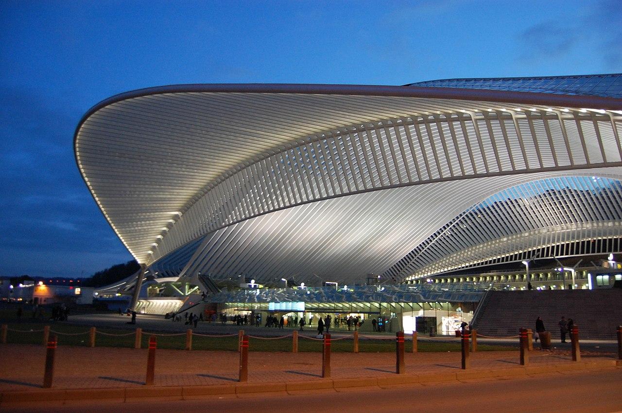 Έργο του διάσημου Σαντιάγκο Καλατράβα, ο νέος σιδηροδρομικός σταθμός Guillemins στη Λιέγη του Βελγίου εγκαινιάστηκε το 2009. Ξεχωρίζει ο τεράστιος διάφανος θόλος από ατσάλι και γυαλί που καλύπτει τις πέντε πλατφόρμες του σταθμού. Επιβλητικό αλλά και ανάλαφρο, το δημιούργημα του ισπανού σταρ της παγκόσμιας αρχιτεκτονικής βρίσκεται σε διαρκή επικοινωνία με την πόλη χάρη στις τεράστιες διάφανες επιφάνειές του