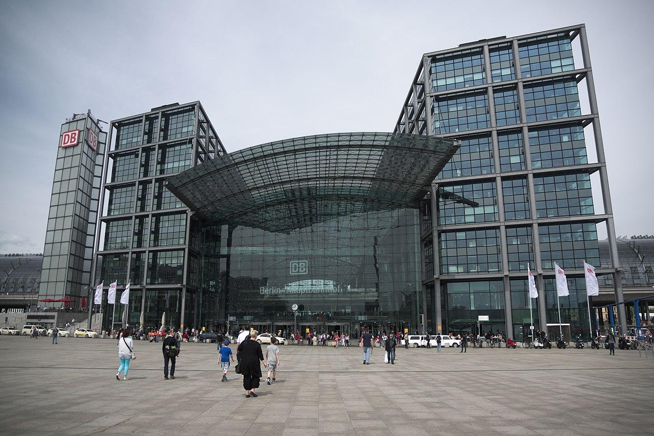 Οι εργασίες κατασκευής του Hauptbahnhof, στην καρδιά του Βερολίνου, ολοκληρώθηκαν το 2006 ενώ εγκαινιάστηκε από την Άνγκελα Μέρκελ. Είναι ένας από τους μεγαλύτερους πολυεπίπεδους σταθμούς της Ευρώπης. Το αρχικό σχέδιο κατατέθηκε πριν από σχεδόν έναν αιώνα αλλά το έργο παρέμεινε στα χαρτιά εξαιτίας των δύο Παγκοσμίων Πολέμων αλλά και της μετέπειτα διχοτόμησης της πρωτεύουσας της Γερμανίας