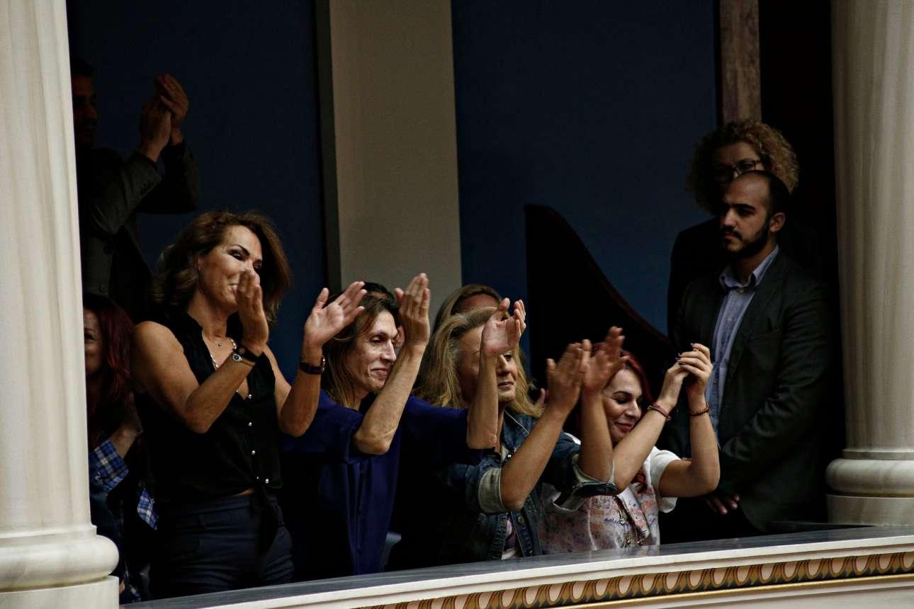 10 Οκτωβρίου. Χειροκροτήματα στα θεωρεία της Βουλής, μετά την ψήφιση του νομοσχεδίου για τη νομική αναγνώριση της ταυτότητας φύλου