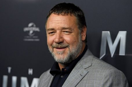 epa05981074 New Zealnd-Australian actor Russell Crowe arrives at the Australian premiere of 'The Mummy' in Sydney, Australia, 22 May 2017. The Mummy opens in Australian cinemas on 08 June.  EPA/DAN HIMBRECHTS  AUSTRALIA AND NEW ZEALAND OUT