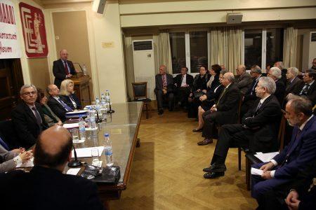Ο πρόεδρος του ΣτΕ, Νικόλαος Σακελλαρίου την ώρα που καταγγέλλει την παρέμβαση του υπουργού Δικαιοσύνης, ενώ ο κ. Κοντονής παρακολουθεί από την πρώτη σειρά  ΑΠΕ-ΜΠΕ/ Αλέξανδρος Μπελτές