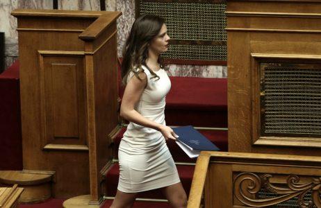 Η υπουργός Εργασίας Έφη Αχτσιόγλου ανεβαίνει στο βήμα για να μιλήσει στη συζήτηση στην Ολομέλεια της Βουλής για την κύρωση του Κρατικού Προϋπολογισμού οικονομικού έτους 2018, Αθήνα, Τρίτη 19 Δεκεμβρίου 2017. ΑΠΕ-ΜΠΕ/ΑΠΕ-ΜΠΕ/ΣΥΜΕΛΑ ΠΑΝΤΖΑΡΤΖΗ