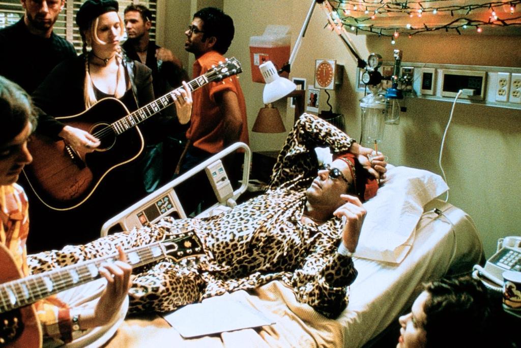 O Ρόμπερτ Ντάουνι Τζούνιορ σε έναν δεύτερο αλλά χαρακτηριστικό ρόλο ασθενούς του AIDS, στο υποτιμημένο «One Night Stand» (1997) του Μάικ Φίγκις