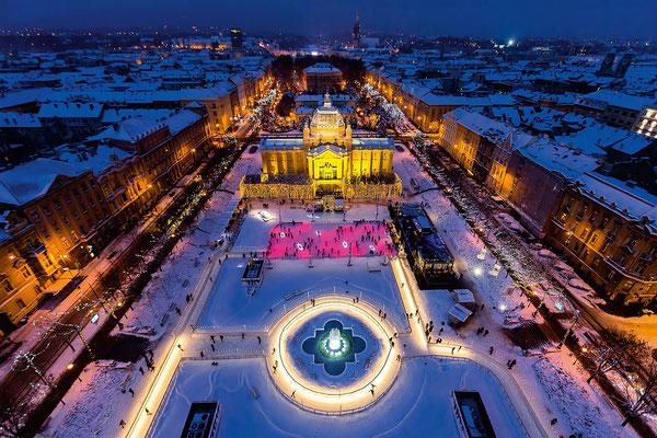 Ζάγκρεμπ / Για τρίτη συνεχή χρονιά, το Ζάγκρεμπ κερδίζει τις χριστουγεννιάτικες εντυπώσεις. Σύμφωνα με την αξιολόγηση των απανταχού ταξιδιωτών, η κροατική πρωτεύουσα από τις 2 Δεκεμβρίου μέχρι τις 7 Ιανουαρίου μέσα από ένα πλούσιο εορταστικό πρόγραμμα δημιουργεί μια μαγική ατμόσφαιρα που μυρίζει Χριστούγεννα. Από χορωδιακές συναυλίες, μέχρι παγοδρόμια και δημιουργικά εργαστήρια, η μικρή πόλη κρύβει στο μανίκι της μια χριστουγεννιάτικη εμπειρία για όλους.