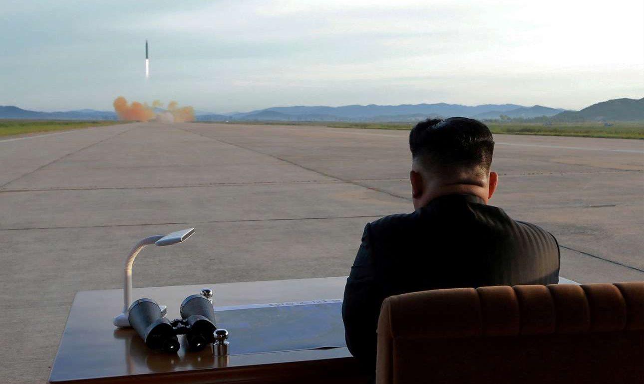 16 Σεπτεμβρίου. Ο βορειοκορεάτης δικτάτορας Κιμ Γιονγκ Ουν παρακολουθεί την εκτόξευση ενός βαλλιστικού πυραύλου Hwasong-12