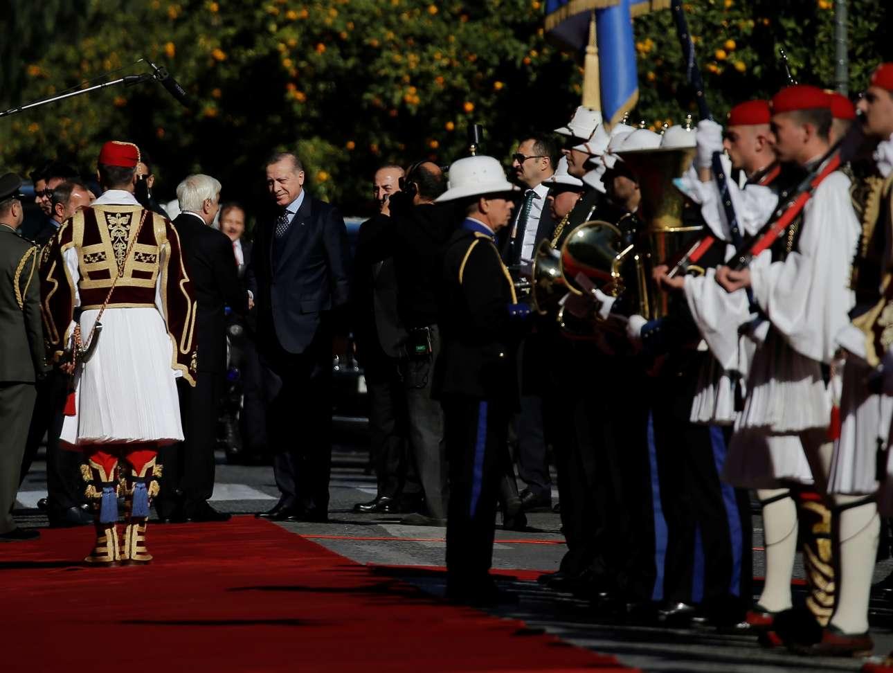 Ο Προκόπης Παυλόπουλος υποδέχεται τον Ταγίπ Ερντογάν έξω από το Προεδρικό Μέγαρο