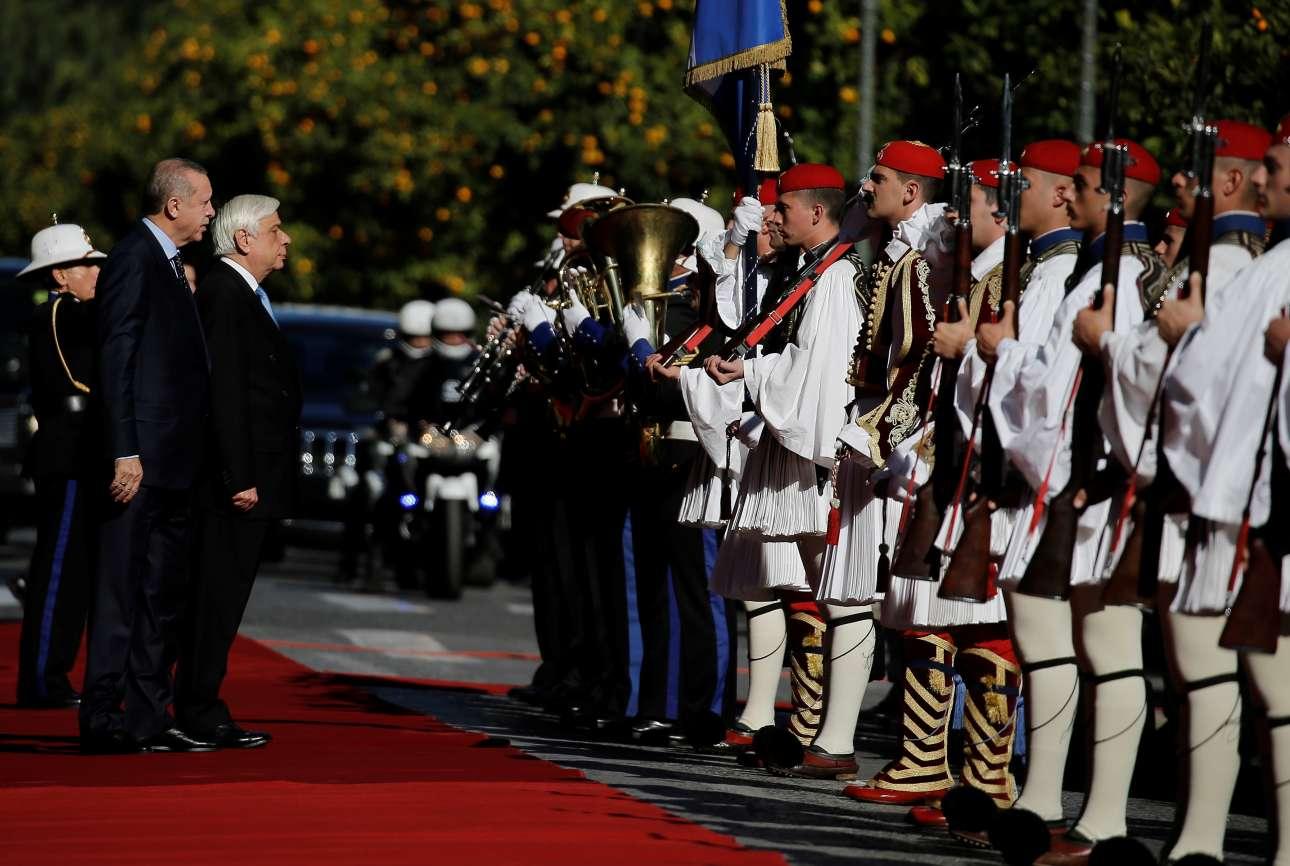 Ερντογάν και Παυλόπουλος κατά την επιθεώρηση του τιμητικού αγήματος έξω από το Προεδρικό Μέγαρο