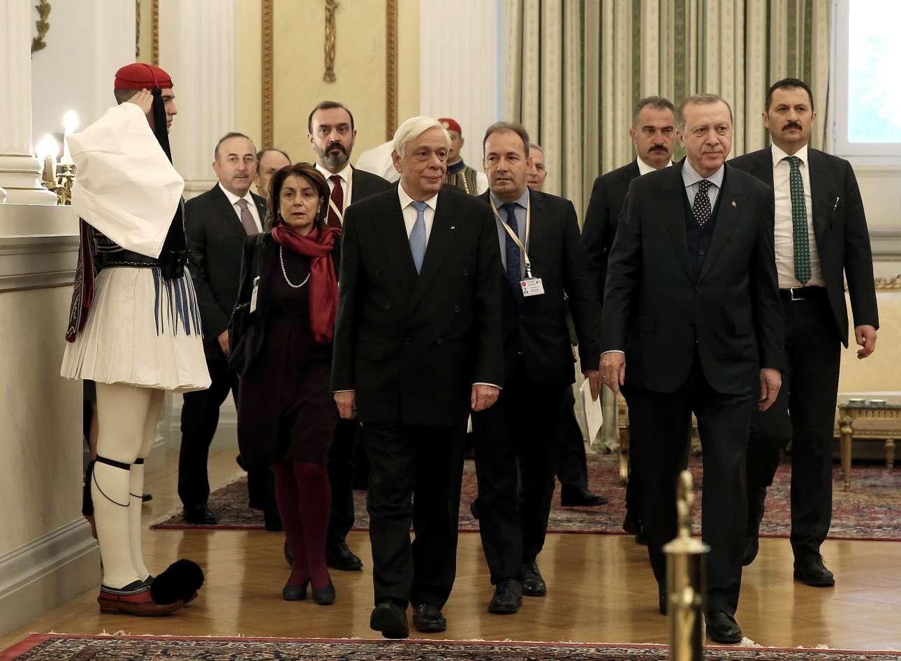 Ο Προκόπης Παυλόπουλος συνοδεύει τον Ερντογάν στο Προεδρικό