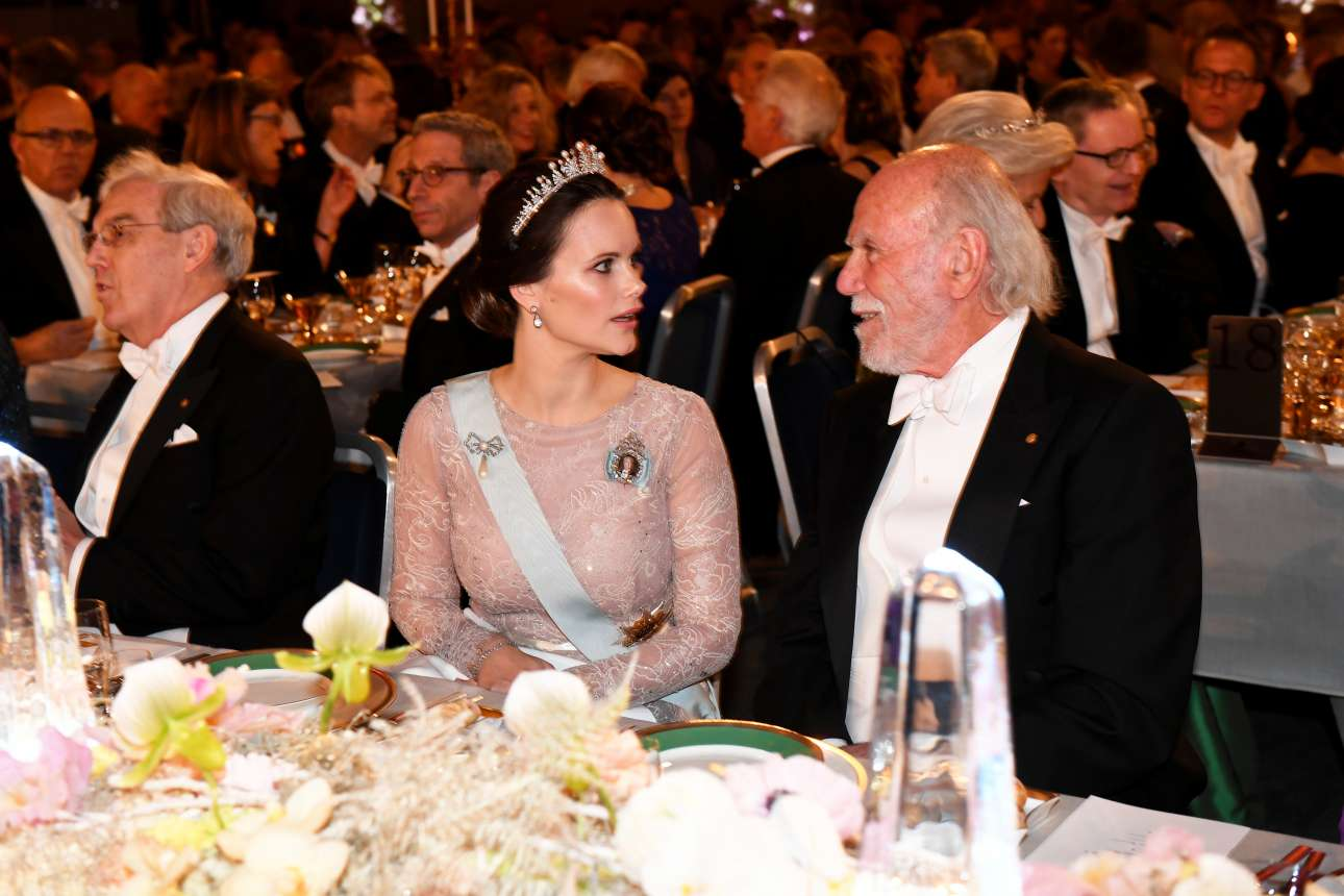 Ο νομπελίστας φυσικός Μπάρι Μπάρις συνομιλεί με την πριγκίπισσα Σοφία της Σουηδίας