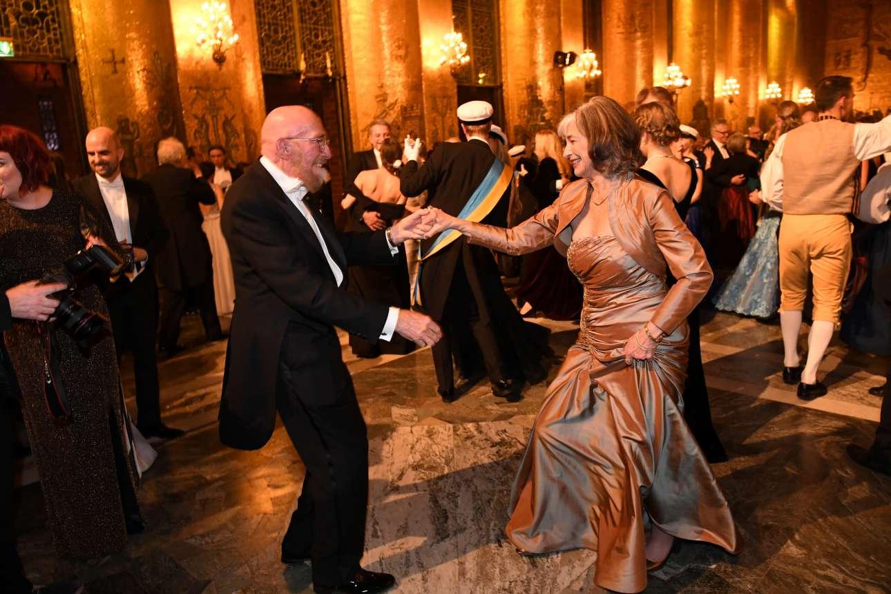 Μια χορευτική φιγούρα από τον φετινό βραβευμένο με Νομπέλ Φυσικής Κιπ Θορν και τη συνοδό του