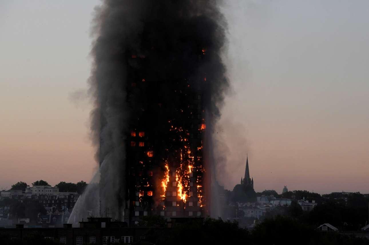 14 Ιουνίου. Ο Πύργος Γκρένφελ στο δυτικό Λονδίνο τυλιγμένος στις φλόγες. Η πυρκαγιά, η οποία ξεκίνησε από μια ηλεκτρική συσκευή, εξαπλώθηκε γρήγορα σκοτώνοντας 70 άτομα