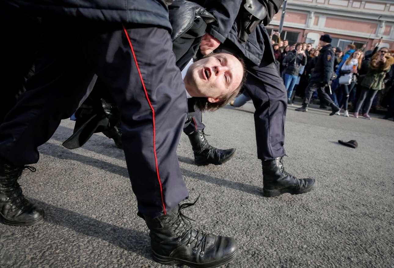 26 Μαρτίου. Αστυνομικοί συλλαμβάνουν έναν υποστηρικτή της αντιπολίτευσης κατά τη διάρκεια συλλαλητηρίου στη Μόσχα, Ρωσία