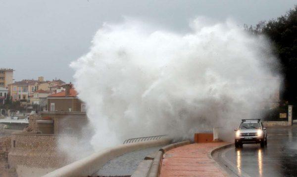 Οι άνεμοι σηκώνουν τεράστια κύματα στη Μασσαλία (REUTERS/Jean-Paul Pelissier)
