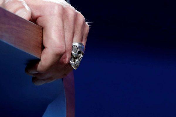 Το επίμαχο δαχτυλίδι του Αρνολντ (έγινε ήδη viral) (REUTERS/Benoit Tessier)