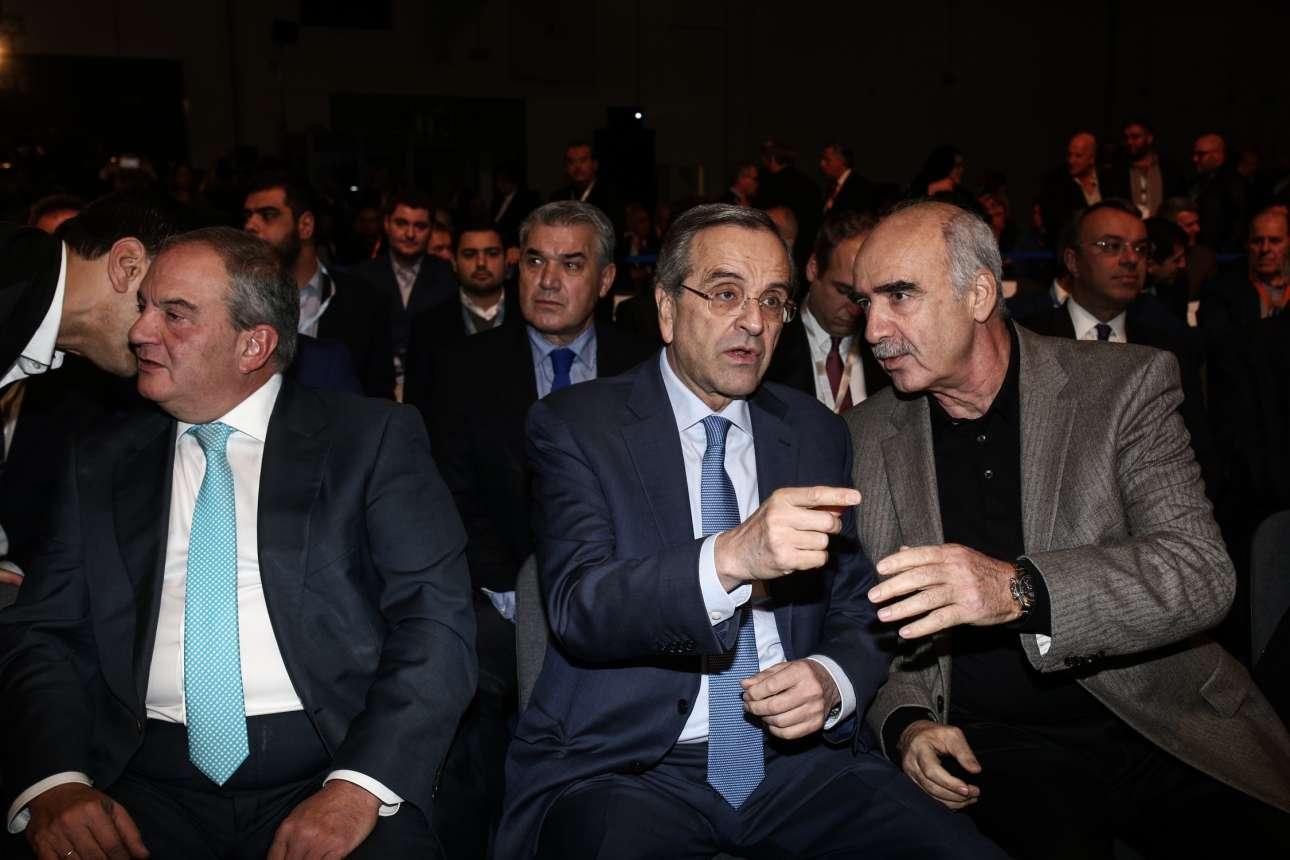 Αντώνης Σαμαράς και Βαγγέλης Μεϊμαράκης κάτι συζητούν κοιτώντας αλλού. Την ίδια στιγμή κάποιος, κάτι ψιθυρίζει στο αυτί του Κώστα Καραμανλή