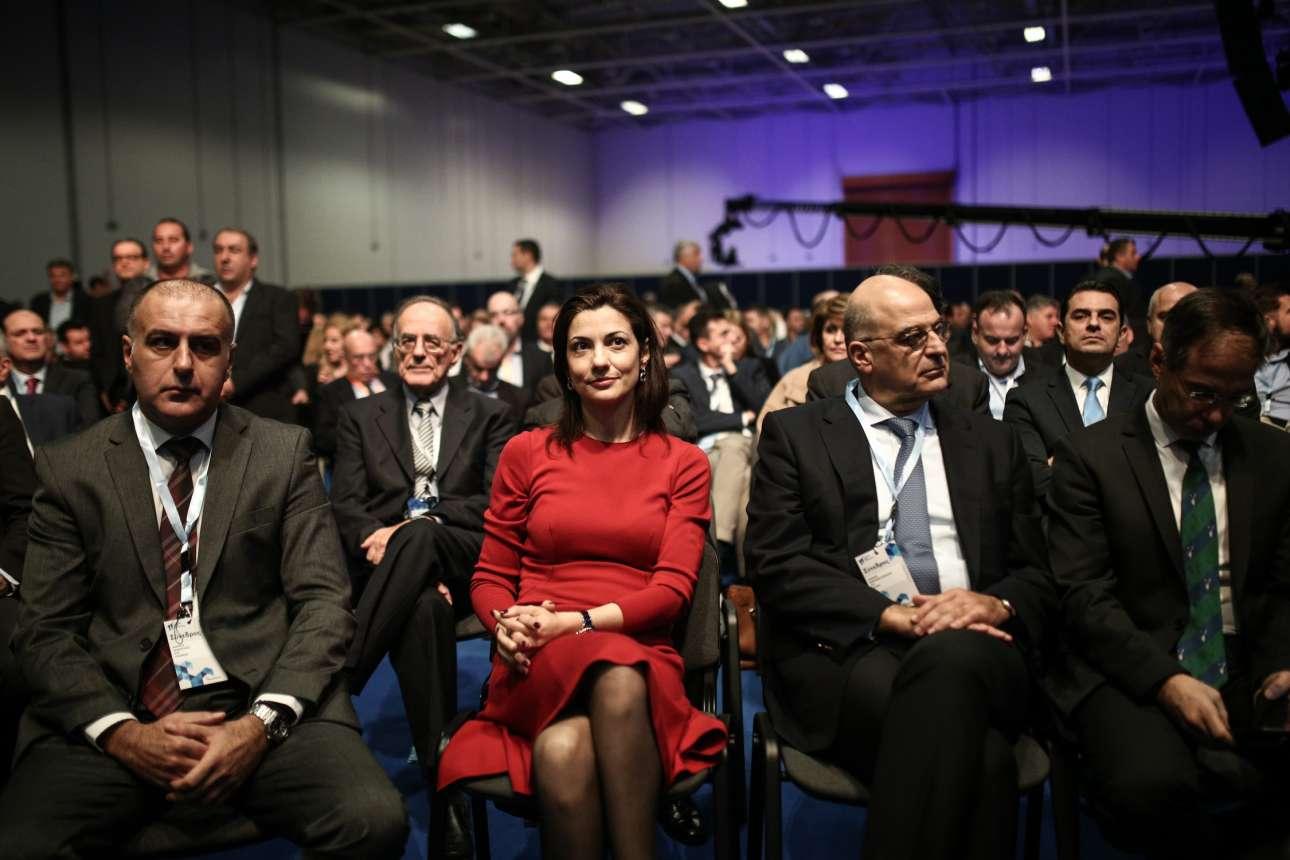 Ενα στιγμιότυπο από την κατάμεστη αίθουσα, με τον κοινοβουλευτικό εκπρόσωπο της ΝΔ Νίκο Δένδια (δεύτερος από δεξιά)
