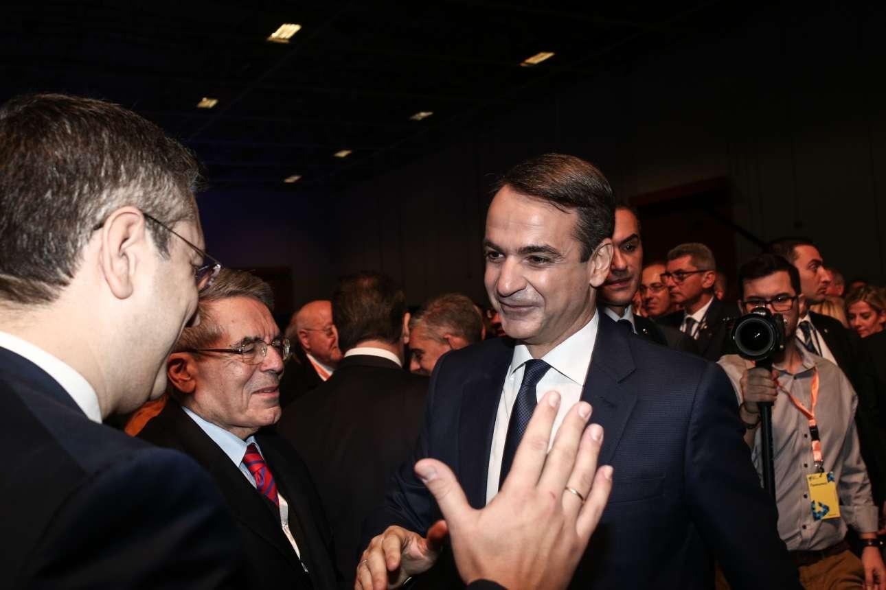 Ο Κυριάκος Μητσοτάκης γίνεται δεκτός με ενθουσιασμό από τον Περιφερειάρχη Κεντρικής Μακεδονίας Απόστολο Τζιτζικώστα υπό το βλέμμα του πρώην υπουργού Γιάννη Παλαιοκρασά