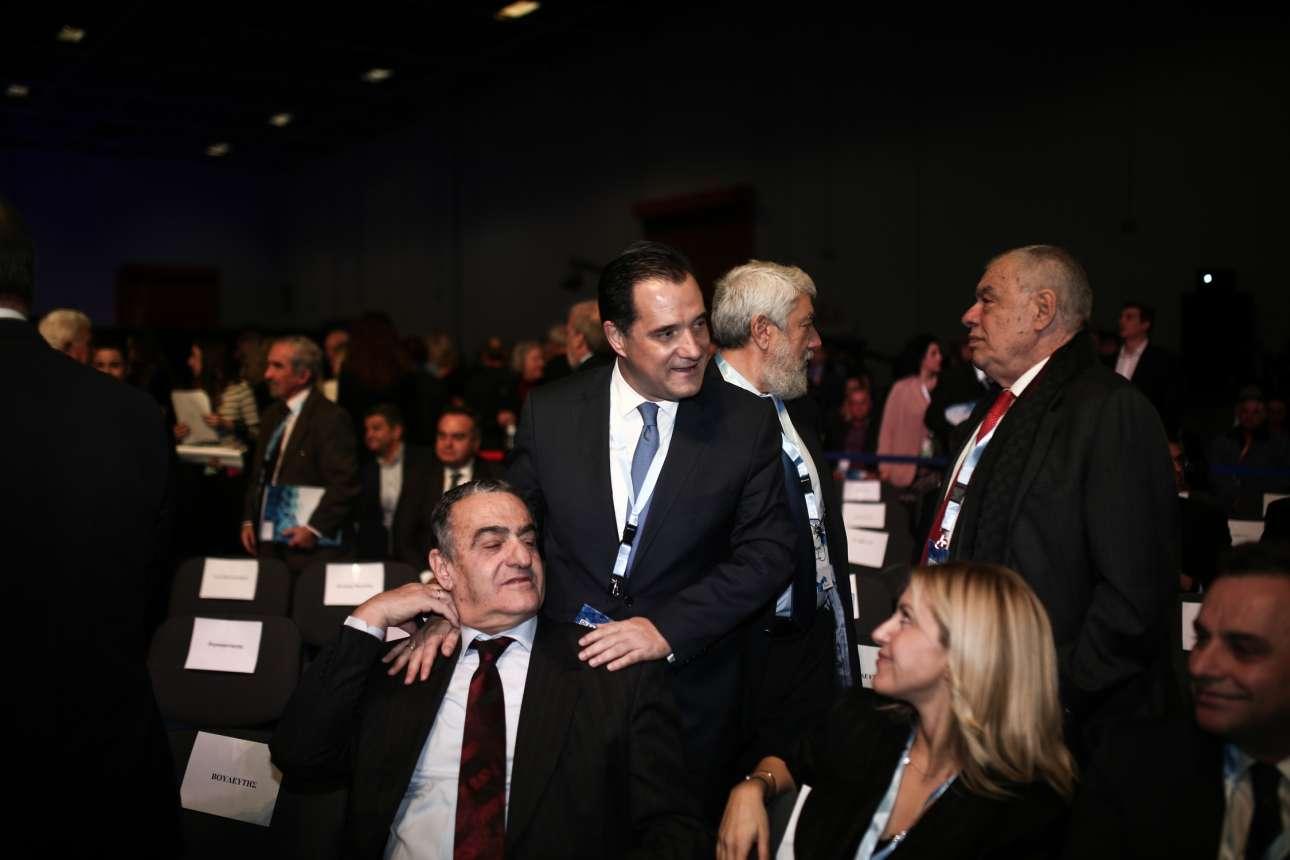 Ο αντιπρόεδρος της ΝΔ Αδωνις Γεωργιάδης αγκαλιάζει τον πρώην υπουργό Δικαιοσύνης Χαράλαμπο Αθανασίου