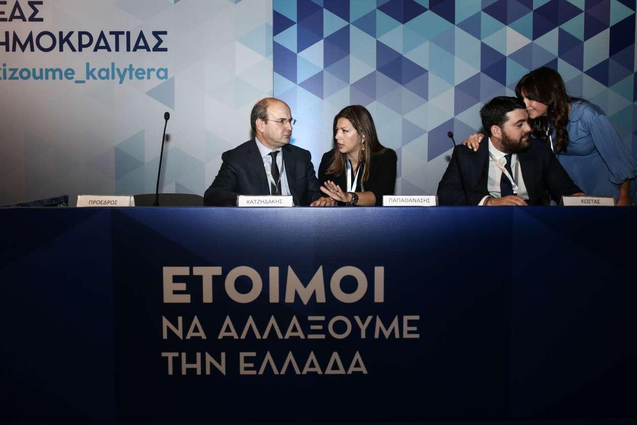 Ο αντιπρόεδρος της ΝΔ Κωστής Χατζηδάκης λίγο πριν από την έναρξη των εργασιών συνομιλεί με τη αν. εκπρόσωπο Τύπου Σοφία Ζαχαράκη