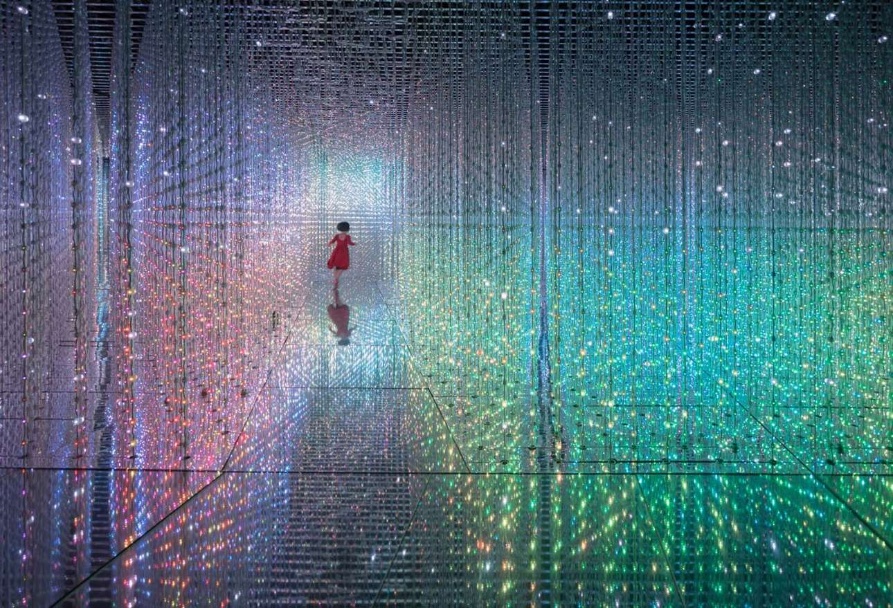 «Επιστροφή στο μέλλον». Κοριτσάκι τρέχει ανάμεσα σε μία εγκατάσταση με φώτα σε έκθεση στο «Κρυστάλλινο Σύμπαν», στην πόλη Σενζέν της Κίνας. «Εμοιαζε σαν να διασχίζει ένα τούνελ χρόνου» λέει ο φωτογράφος, ο οποίος ανυπομονούσε να έρθει η κατάλληλη στιγμή για να κάνει το κλικ