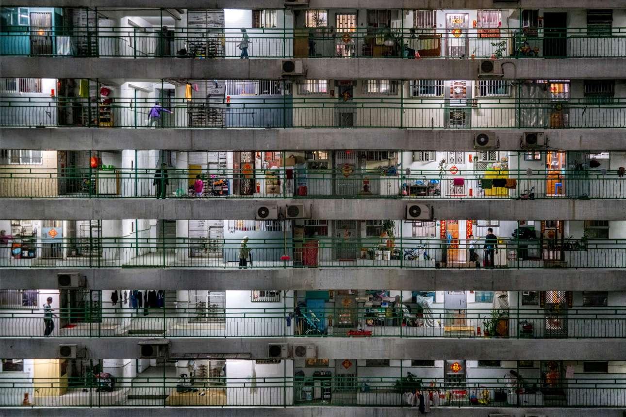«Η ζωή στο Μακάο». Η πόλη Μακάο, κοντά στο Χονγκ Κονγκ, είναι περισσότερο γνωστή ως η πόλη του τζόγου, όμως λίγοι γνωρίζουν ότι είναι επίσης η πιο πυκνοκατοικημένη πόλη του κόσμου - με πάνω από 18.000 άτομα ανά τετραγωνικό χιλιόμετρο