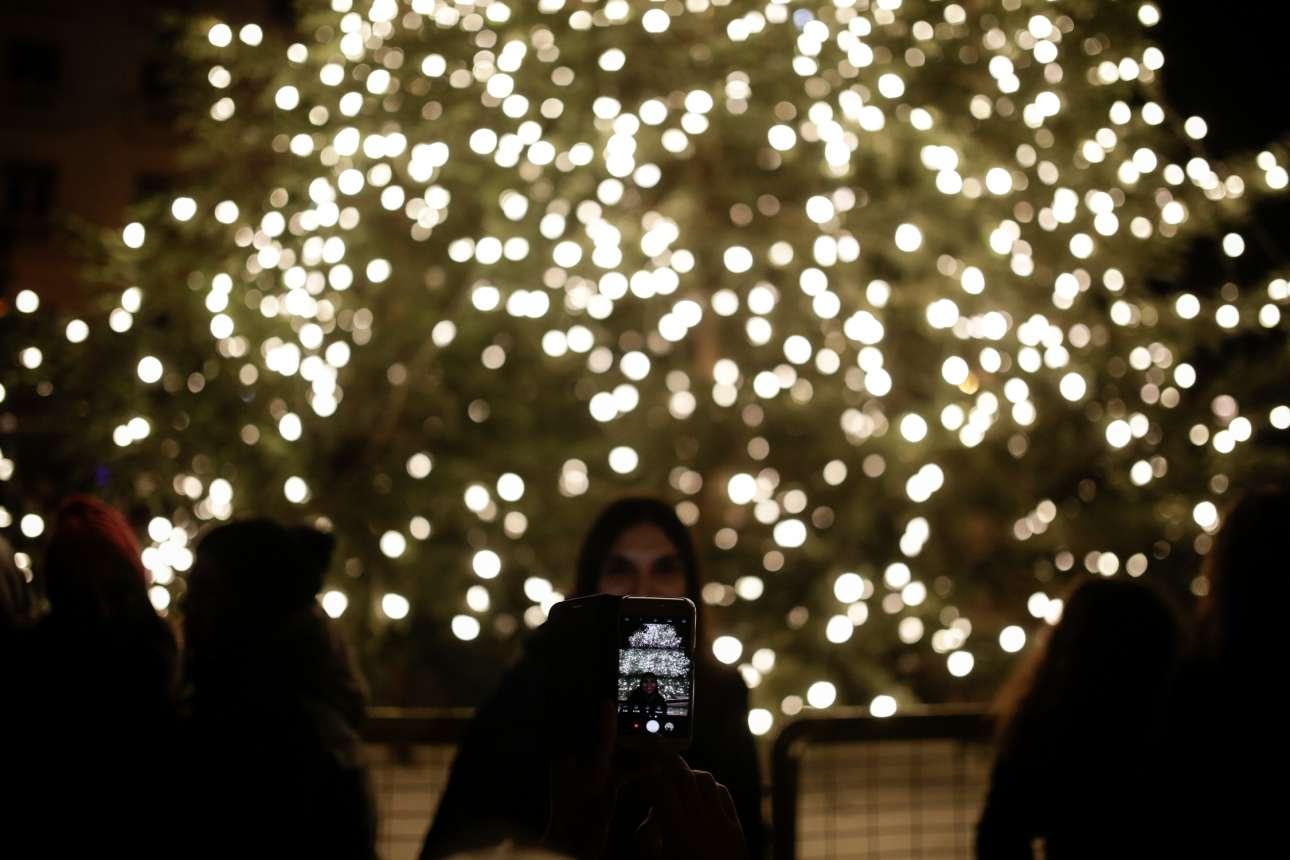 Η απαραίτητη σέλφι μπροστά από το χριστουγεννιάτικο δέντρο ύψους 20 μέτρων στη Θεσσαλονίκη