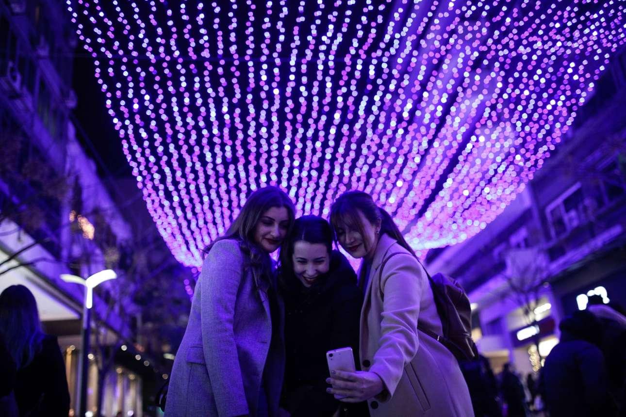 Τρεις φίλες απολαμβάνουν τη γιορτινή φωταγώγηση του πεζόδρομου της Αγίας Σοφίας στη Θεσσαλονίκη