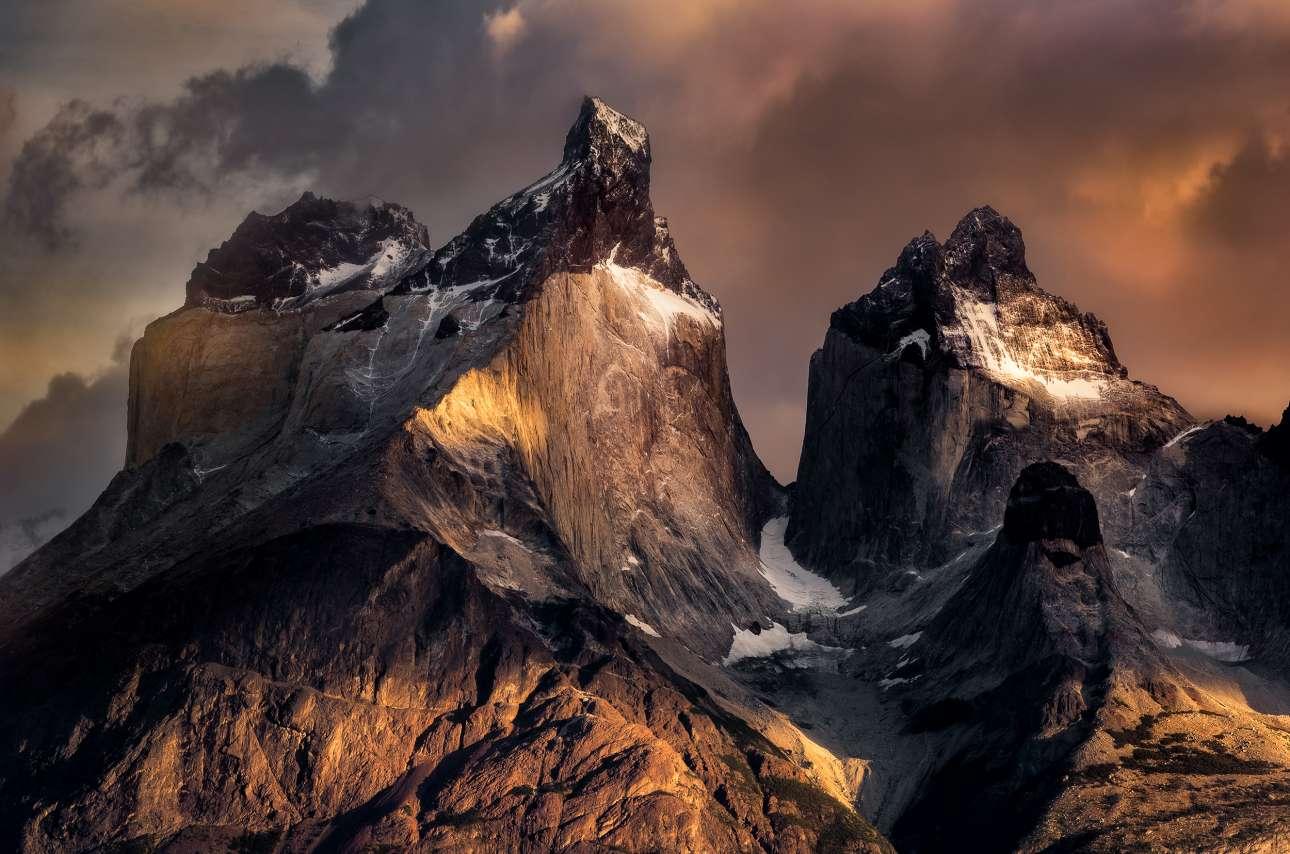 «Τα κέρατα στην ανατολή του ηλίου». Ο ήλιος λάμπει πάνω από τις επιβλητικές βουνοκορφές Cuernos (=κέρατα) del Paine, στην Παταγονία της Χιλής