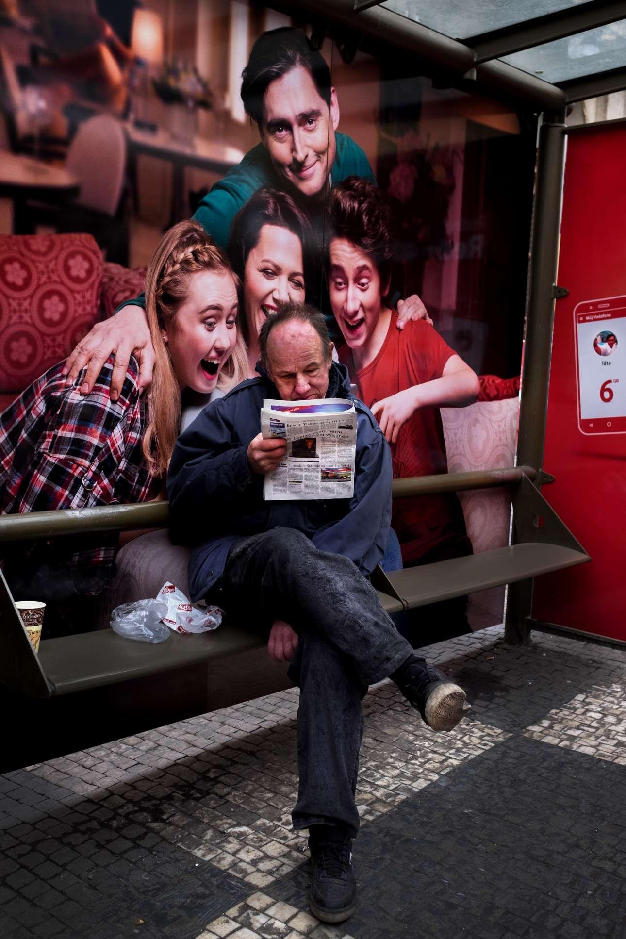 «Εφημερίδα». Το κατάλληλo κλικ, τη σωστή στιγμή, μπροστά από μία διαφημιστική αφίσα σε στάση τραμ της Πράγας και το αποτέλεσμα είναι εκπληκτικό