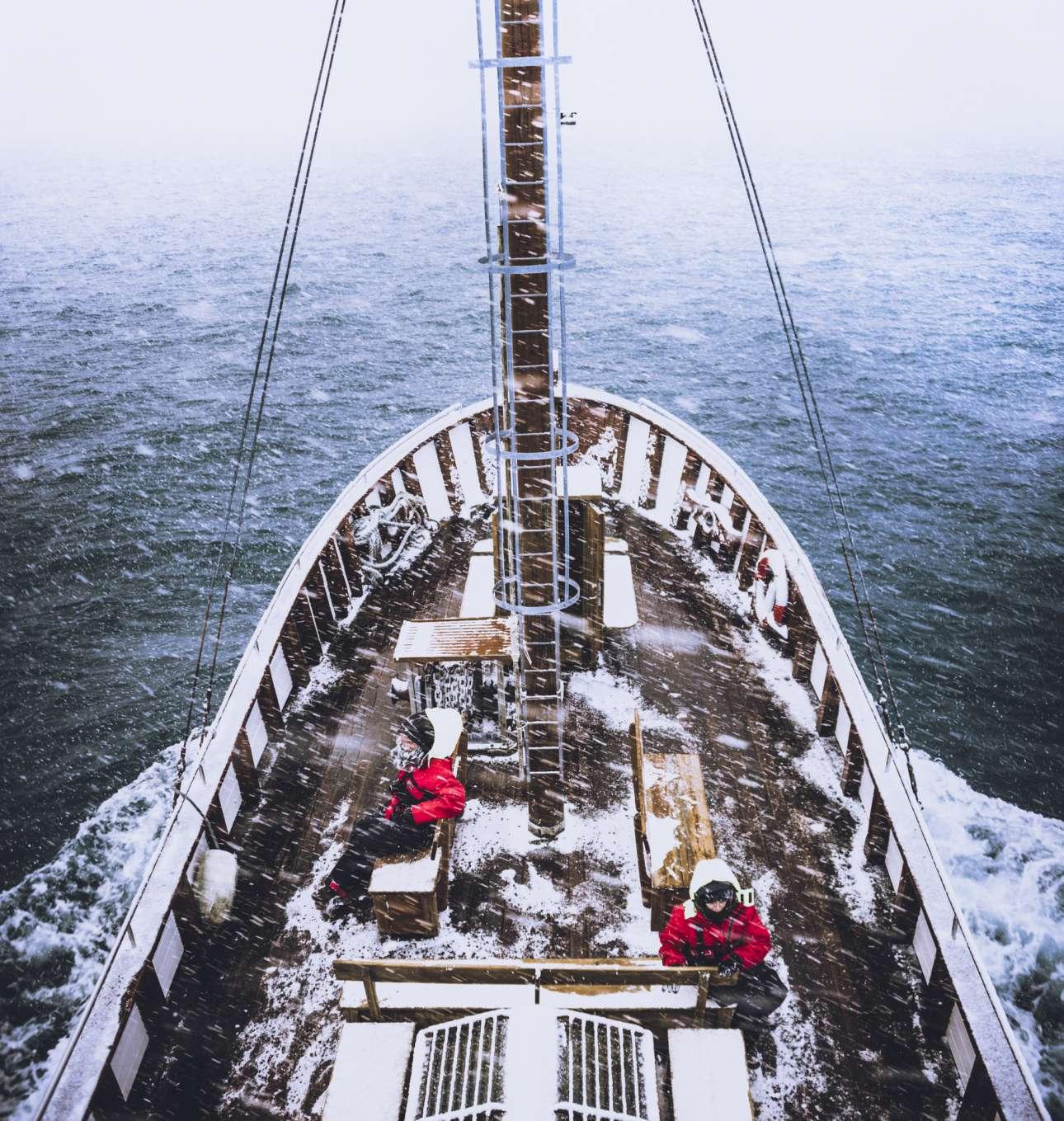 Παρακολουθώντας μεγάπτερες φάλαινες στην Ισλανδία για επιστημονική έρευνα, πάνω στο παραδοσιακό, ξύλινο πλοίο Náttfari. Μία μοναδική εμπειρία, σύμφωνα με τον ιταλό φωτογράφο και μέλος της αποστολής