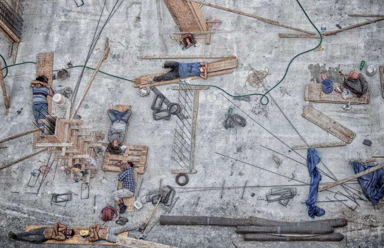 «Μεσημεριανό διάλειμμα». Εργάτες κάνουν διάλειμμα σε υπό κατασκευή οικοδομή στην Τουρκία. Ο φωτογράφος έτρωγε το κολατσιό του στο μπαλκόνι του γραφείου του στον έκτο όροφο όταν αντίκρισε αυτήν την εικόνα. Αμέσως άρπαξε την κάμερά του να για να απαθανατίσει τη στιγμή, όπως περιγράφει ο ίδιος στη συνοδευτική λεζάντα