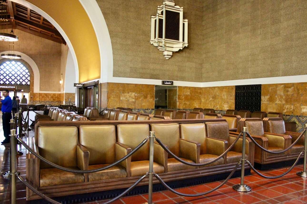 Γνωστός και ως ο τελευταίος Μεγάλος Σιδηροδρομικός Σταθμός που χτίστηκε στις Ηνωμένες Πολιτείες, ο Union Station του Λος Άντζελες είναι ο παλαιότερος σταθμός της αμερικανικής μητρόπολης και αποτελεί ένα μείγμα αρχιτεκτονικών στιλ με μοντερνιστικά, αποικιοκρατικά και αρτ νουβό στοιχεία. Καθημερινά εξυπηρετεί περισσότερους από 100.000 επιβάτες. Στο εσωτερικό του διατηρούνται τα παλιά ξύλινα εκδοτήρια και οι τεράστιες μαρμάρινες αίθουσες αναμονής με τους πολυτελείς πολυελαίους