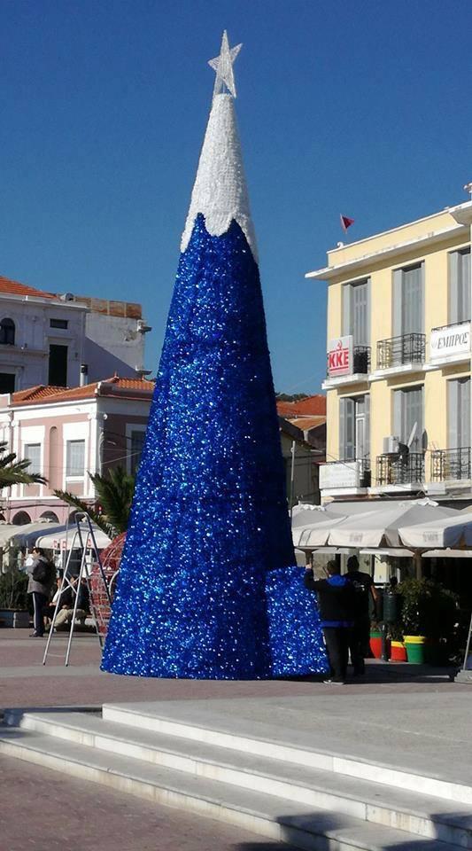 Η υποδοχή του χριστουγεννιάτικο δέντρου της Μυτιλήνης δεν ήταν ιδιαιτέρως θερμή... Χρήστες των κοινωνικών δικτύων το παρομοίωσαν από χωνάκι παγωτό και πύραυλο μέχρι σημαία της Νέας Δημοκρατίας και στρουμφάκι